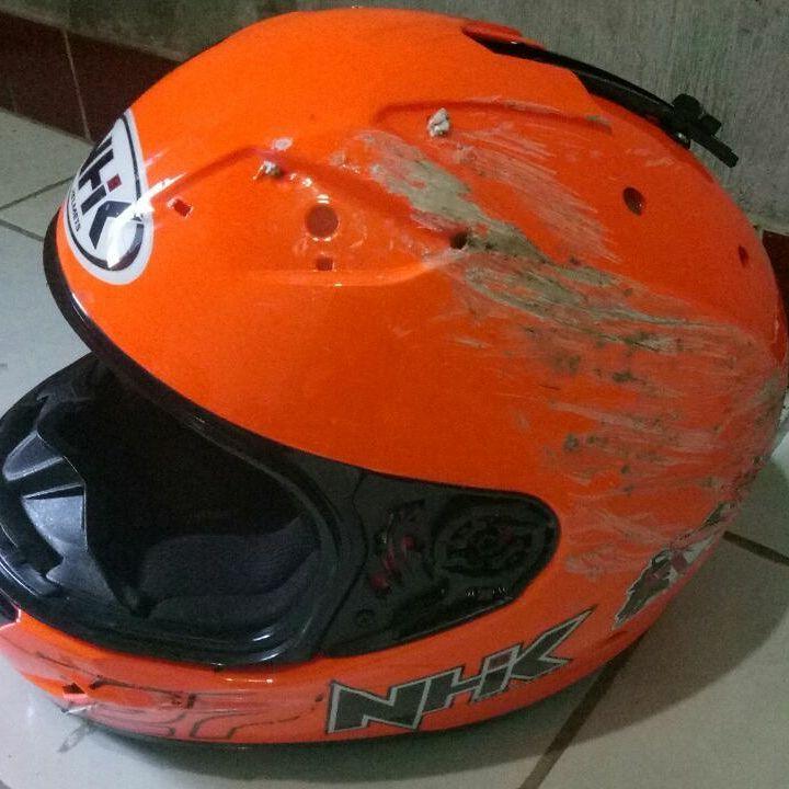 helm pelindung dari kecelakaan;