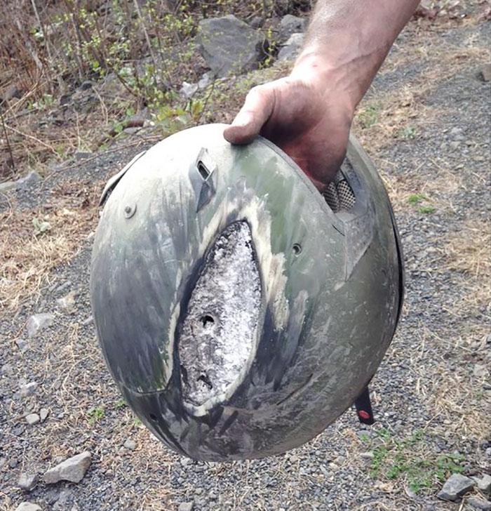 helm pecah saat kecelakaan;